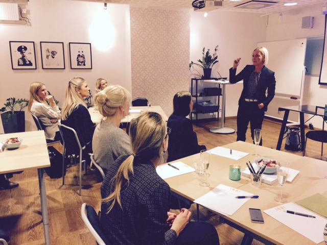 Satu Andersson föreläser om ledarskap för Businesswomen.se karriärnätverk.